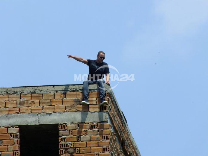 Млад мъж заплащва да скочи от хирургичния блок