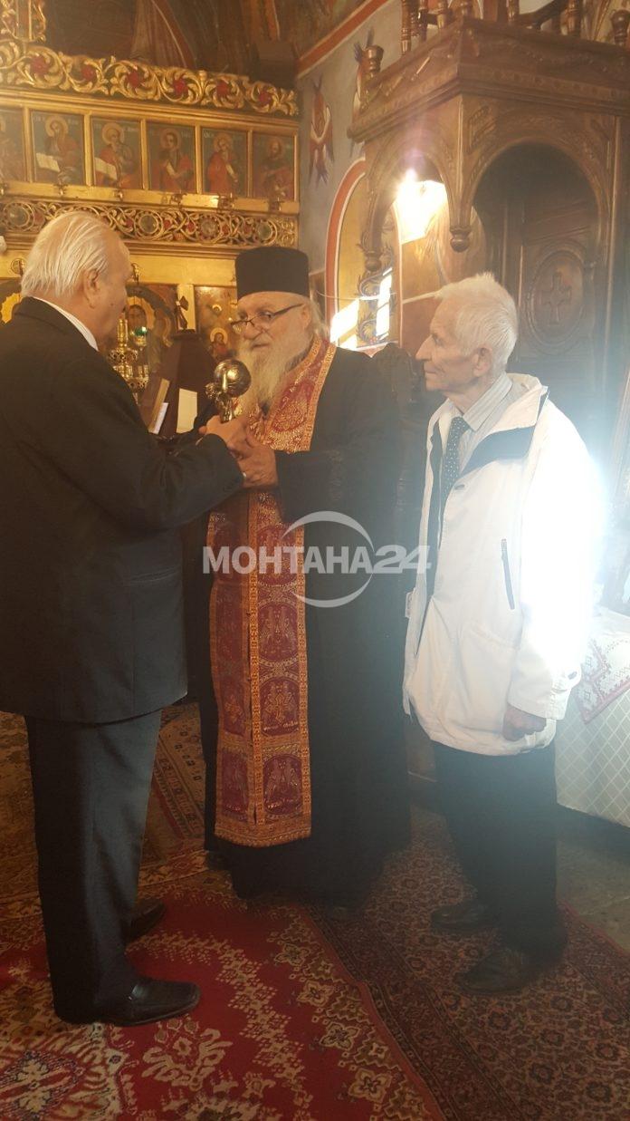 Отец Иван получи награда