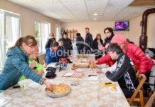 Баби нагостиха с топла баница неочаквани гости