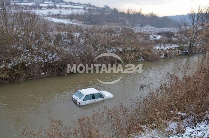 Кола падна в канал е Замфирово