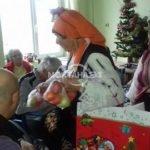 Баби изплетоха 40 чифта вълнени чорапи и ги дар