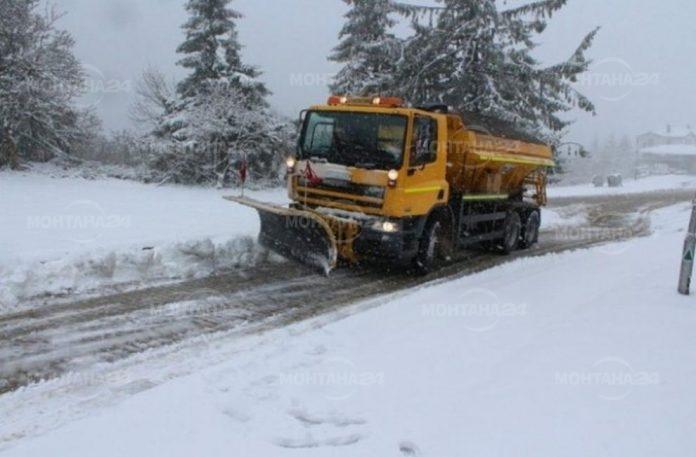 Затварят пътища в Монтанско, снегът продължава да се трупа