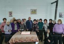 Кметът на Бойчиновци почерпи с огромна торта пенсионери