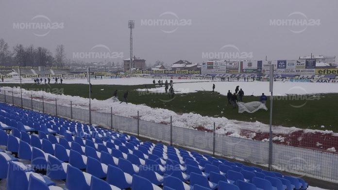 Работници разчистват стадион
