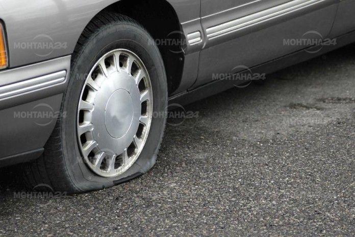 Срязаха гумите на две коли в Лом