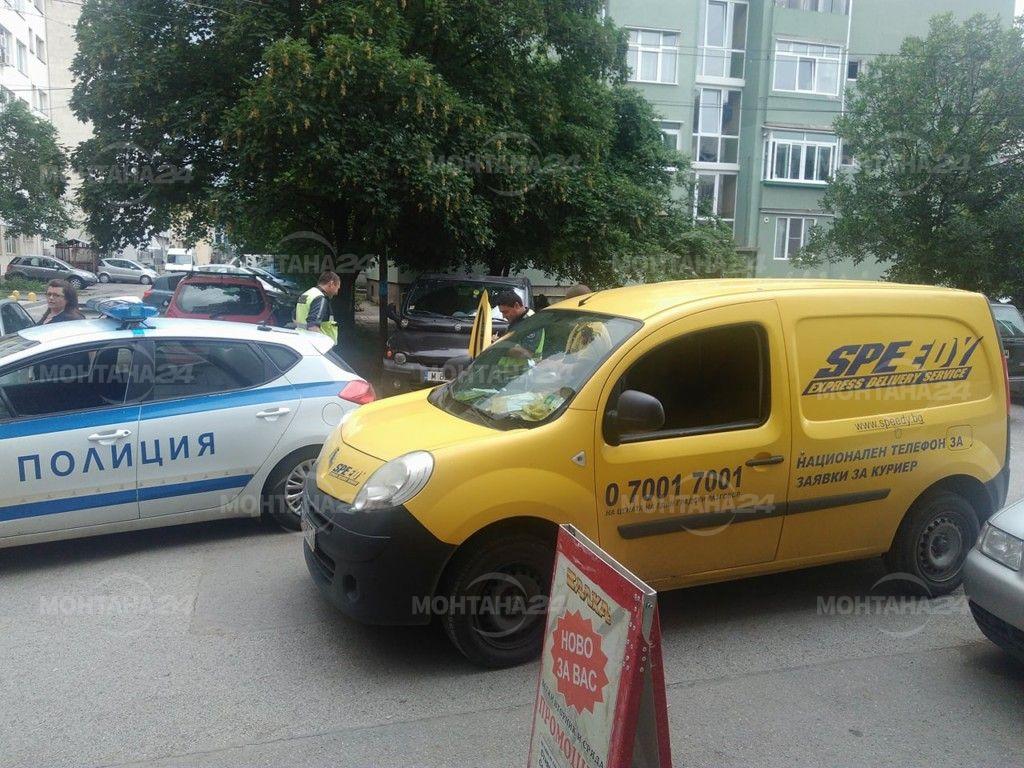 Автомобил удари възрастна жена до поликлиниката