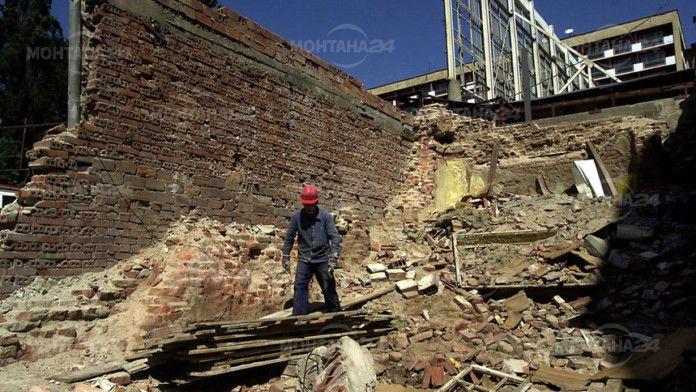 Тухлена стена затисна мъж във Василовци