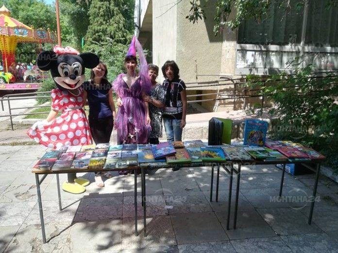 Приказни герои посрещнаха читателите пред библиотеката