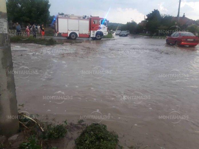 Закъсали автомобили и наводнени мазета в Берковица