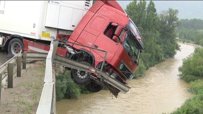 Тир увисна от мост след верижна катастрофа край Мездра