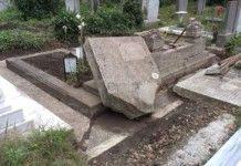 Вандали потрошиха надгробни плочи в Лом