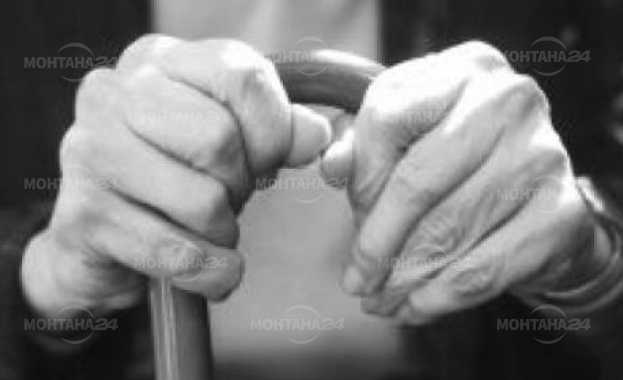 Внук преби дядо си с бастуна му