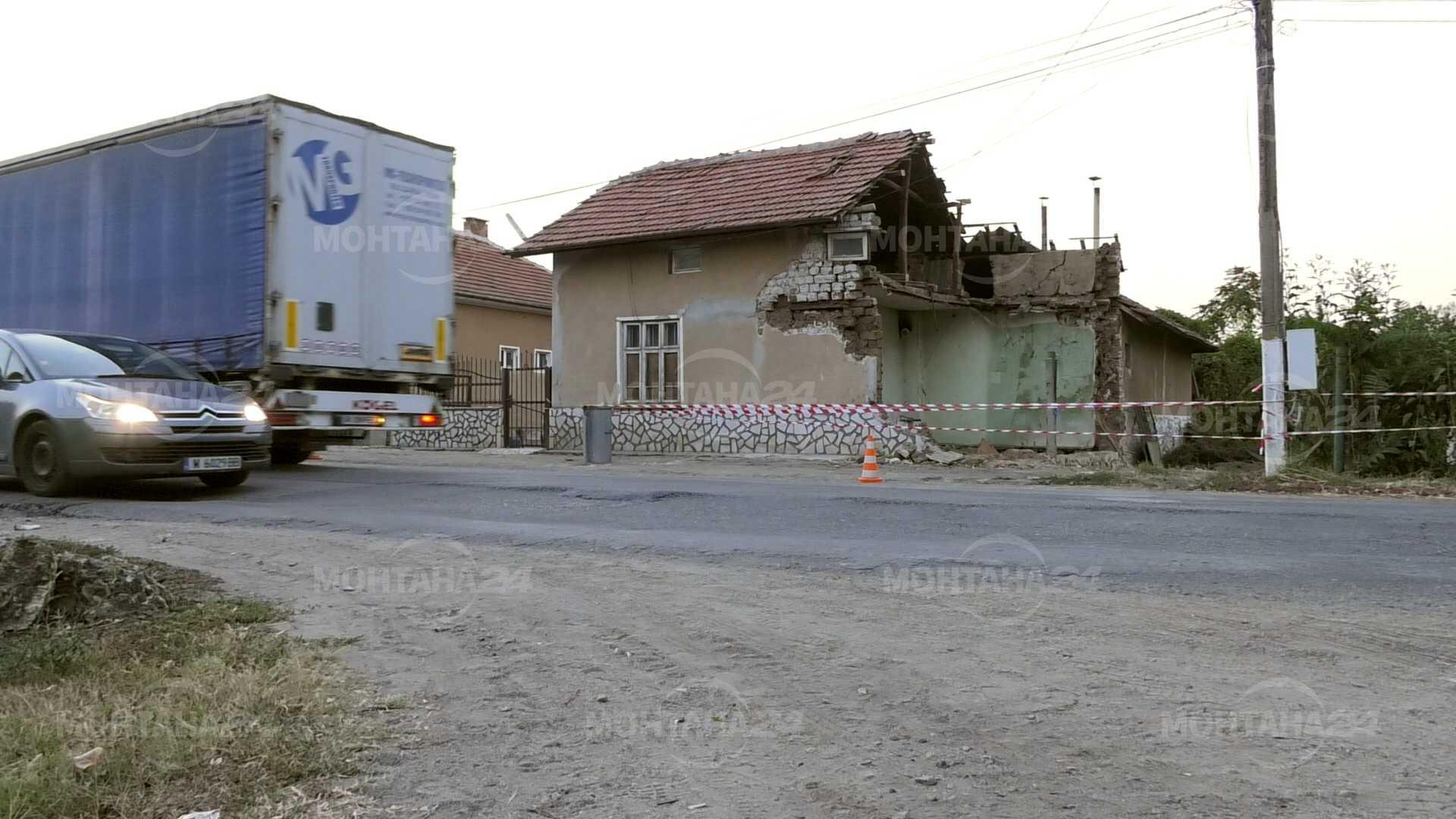 Къща се срути от вибрациите на преминаващ ТИР