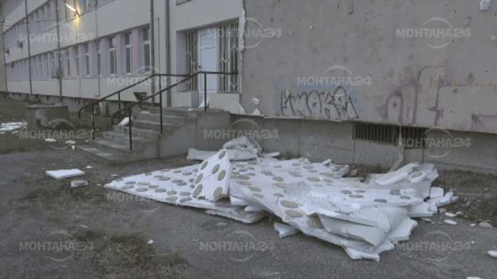 Вятърът събори част от изолацията на Финансово-стопанската гимназия