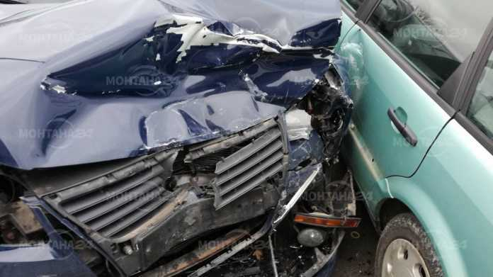 Шофьор се наниза в няколко автомобила в Долни Цибър