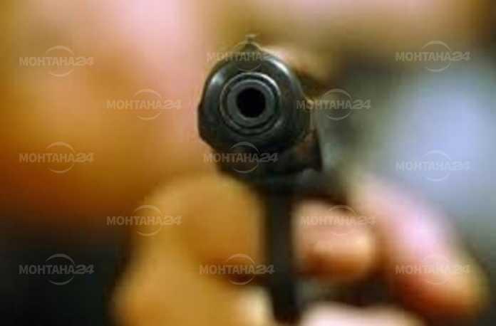Неизвестен стреля безразборно в