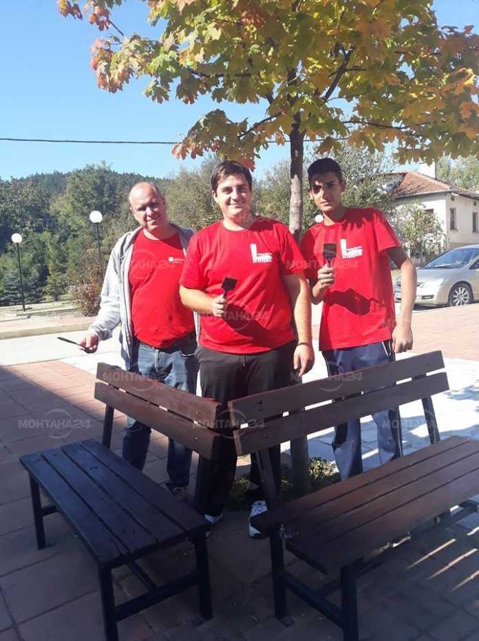 Младежи от БСП реновираха пейки в Георги Дамяново