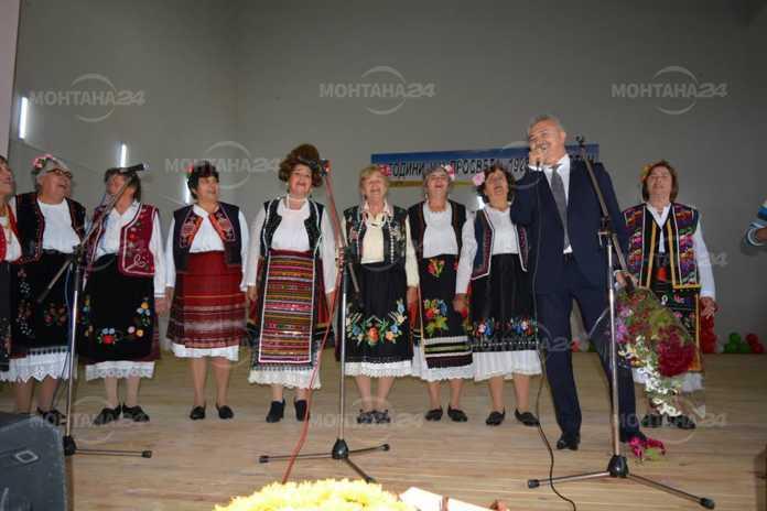Кмет и свещеник пяха народни песни за 90-годишнина на читалище