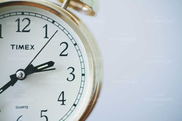 Местим стрелките на часовника с един час напред