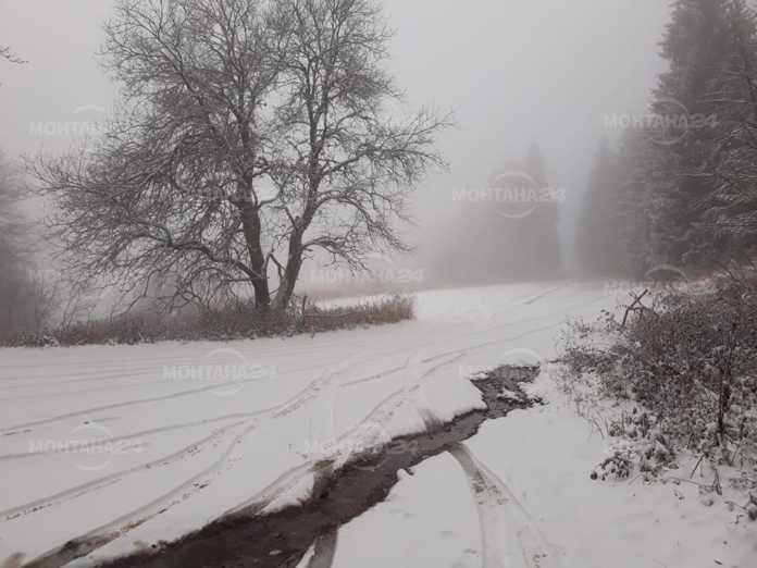 Сняг натрупа на прохода