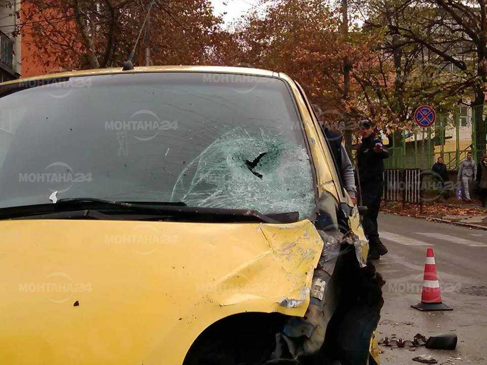"""Катастрофа между два автомобила е станала около обяд на бул. """"Трети март"""" и ул. """"Св. Св. Кирил и Методий"""" в Монтана до Първо основно училище."""