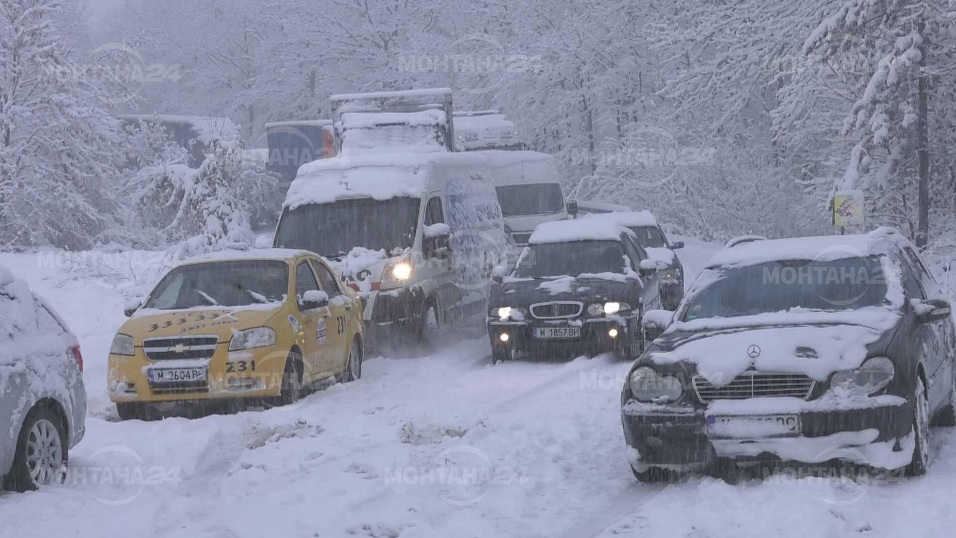 Катастрофи, закъсали тирове и населени места без ток в областта