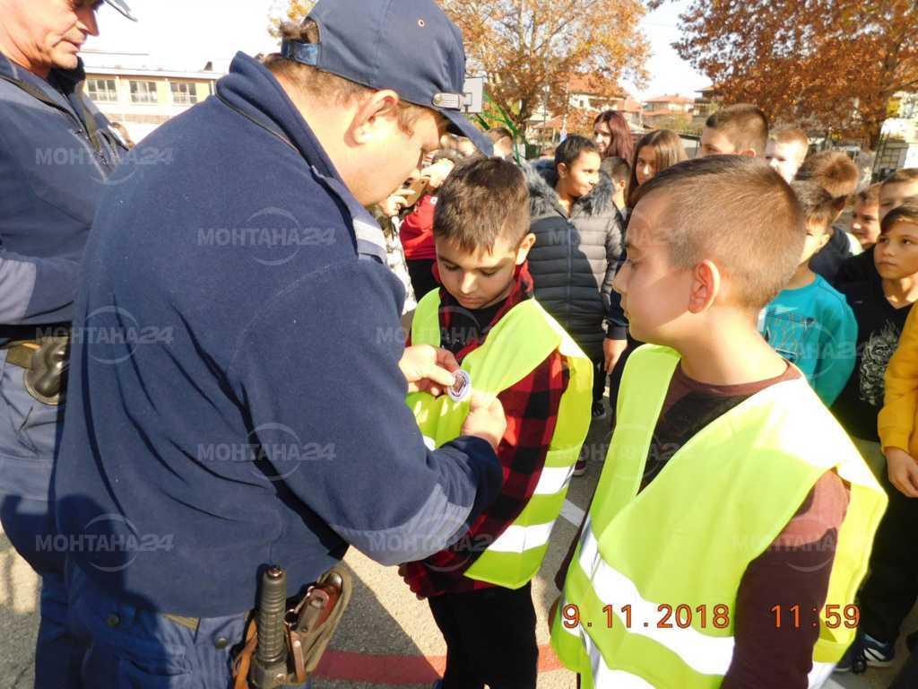 """Наградиха деца за рисунки на тема """"Полицаят е мой приятел и учител"""""""