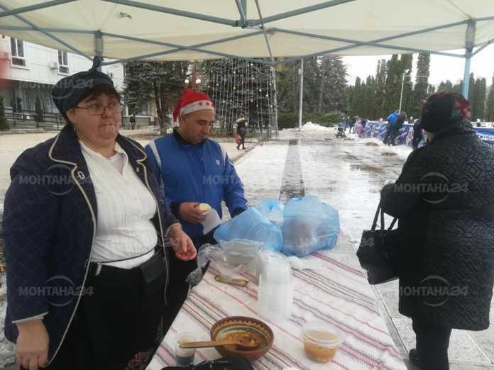 """Близо 200 порции боб-чорба бяха раздадени днес на площад """"Жеравица"""" в Монтана.Майстор готвач на постното ястие беше Ели Лозанова."""