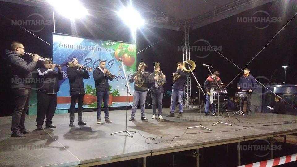 Десетки монтанчани посрещнаха Нова година на площада