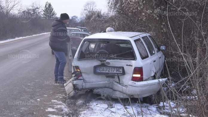 Лек автомобил и микробус се сблъскаха край язовира