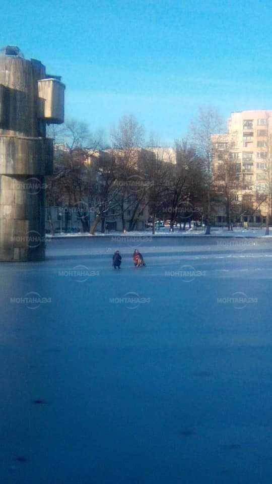 Деца на леда в езерото