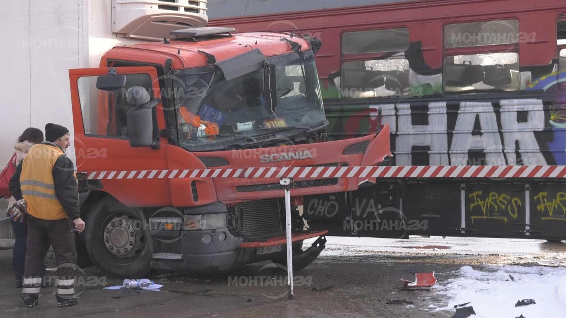 Влакът за Берковица отнесе камион на ЖП прелеза в Монтана