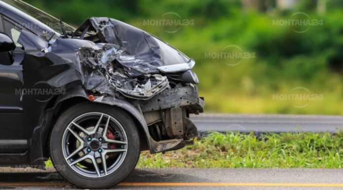 Шофьор се натресе в дърво със служебния автомобил