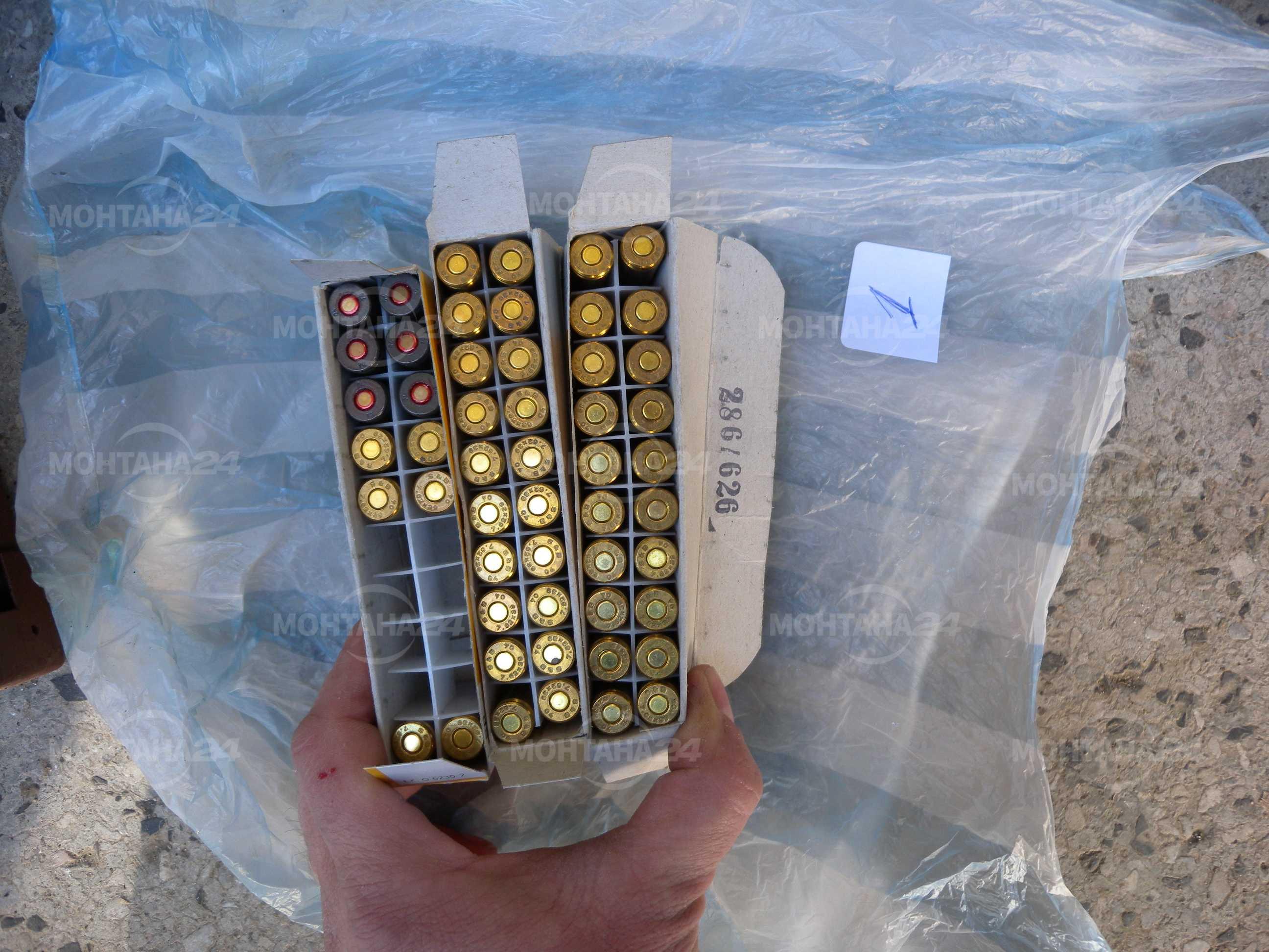Мъж скътал бойния си арсенал във входа на блока си