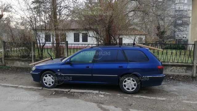 Лек автомобил осъмна с две забити кирки в Монтана