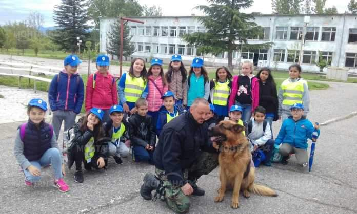 Деца от Вършец се запознаха отблизо с полицейските кучета