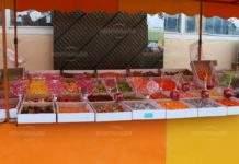 Задигнаха огромно количество захарни петлета и бонбони от площада