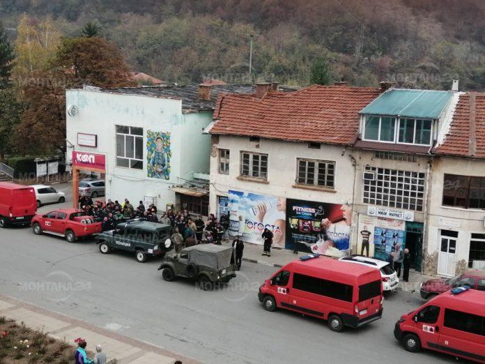 Военни пристигнаха в Чипровци, пожарът се разраства
