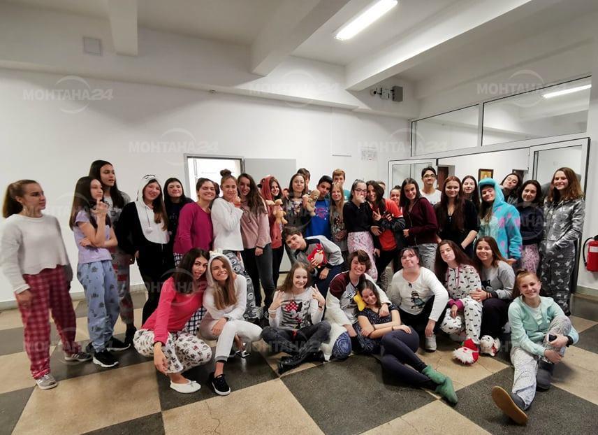 Ученици от Монтана отидоха с пижами на училище