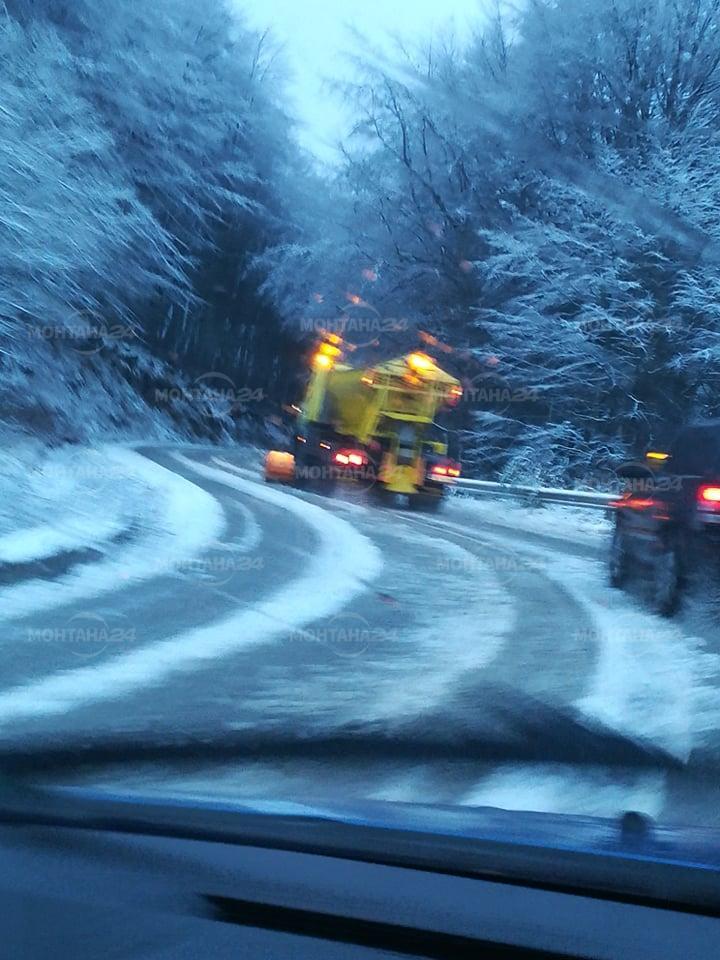 Сняг натрупа на Петрохан, пътят се почиства