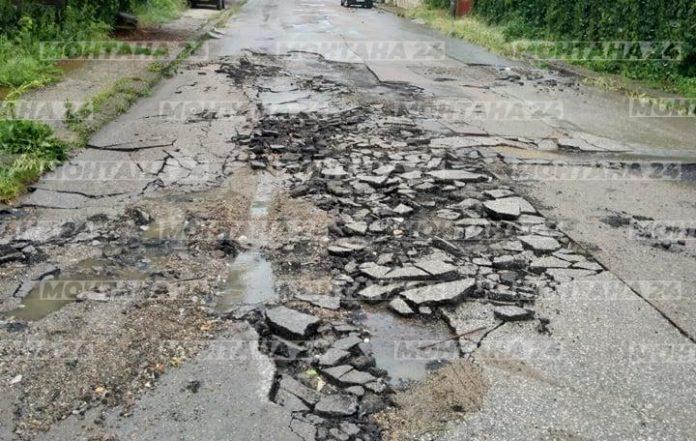 Пороен дъжд помля улиците в Лом