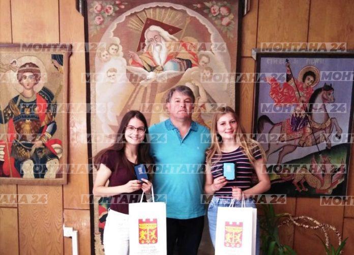 Специални награди получиха две момичета от Чипровци