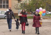 В радостта от оздравяването COVID-19, семейство с три деца от Монтана не забрави да благодари на началничката на инфекциозното отделение