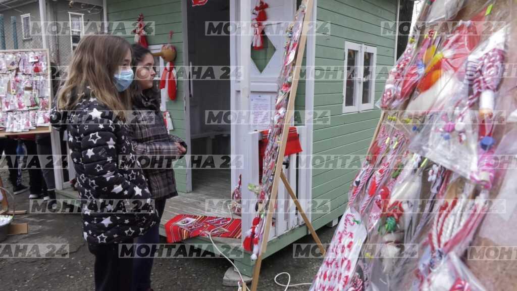 Деца продават мартеници в помощ на техни съученици
